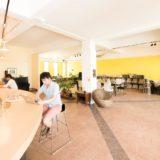 コワーキングカフェのカウンターで作業をする男性